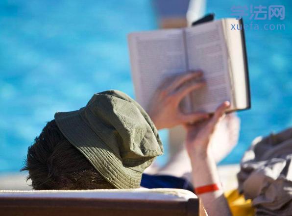 大海边看书.png