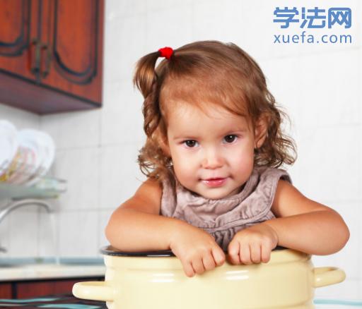 继母虐待四岁女童致重伤,是否该用重刑?